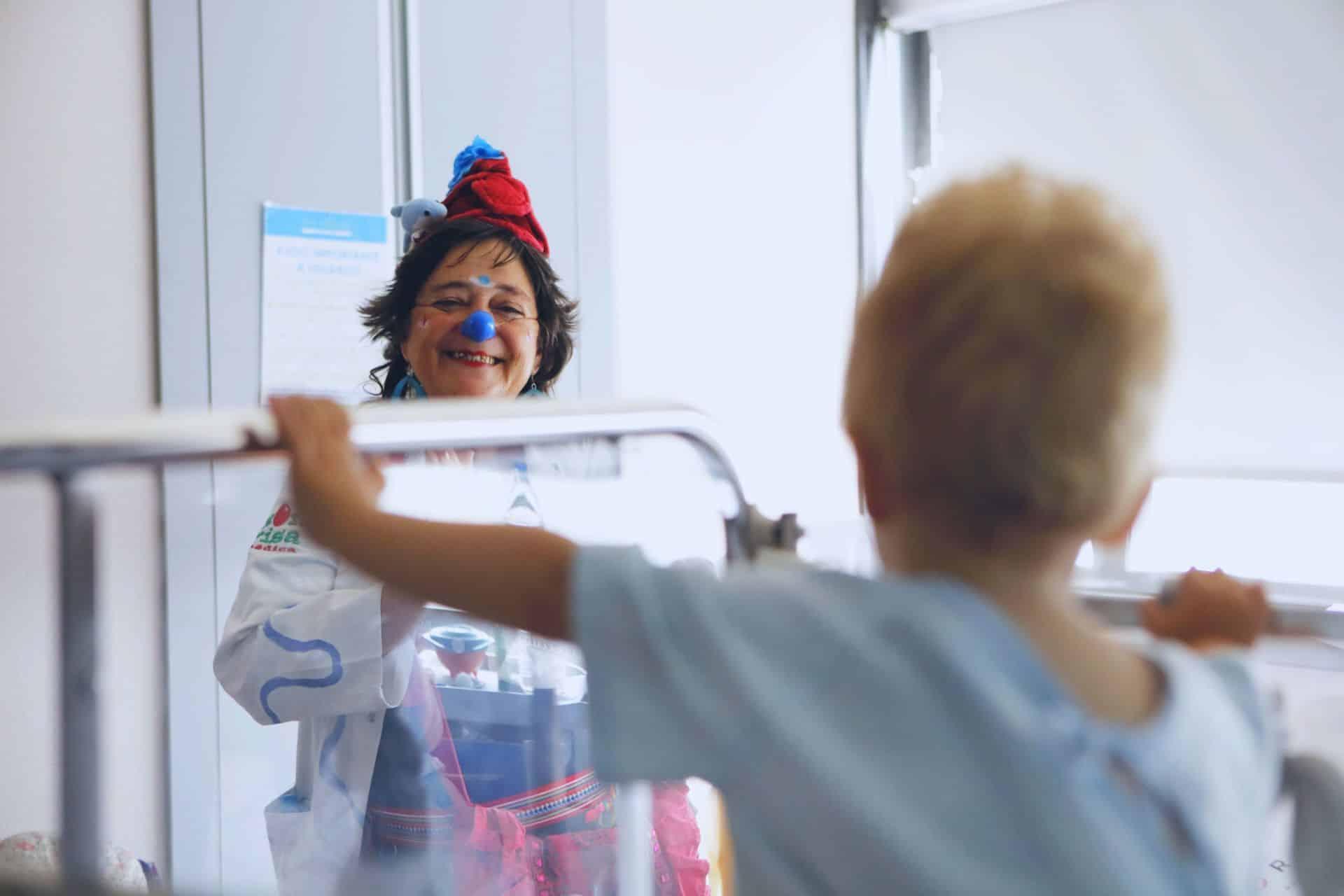 doctora jugando con un niño paciente